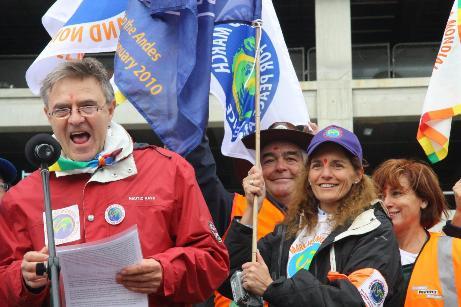 Světový pochod za mír a nenásilí, zahajovací den před budovou Parlamentu Foto: Gerard Hourdin